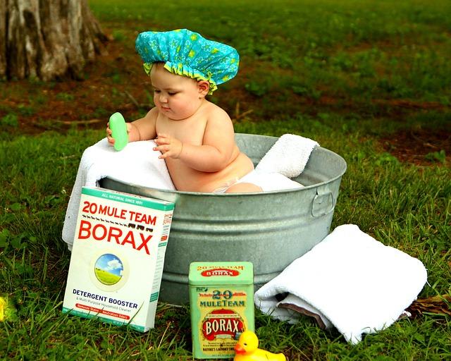 赤ちゃんがお風呂に入っている