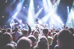 コンサートで盛り上がっている様子