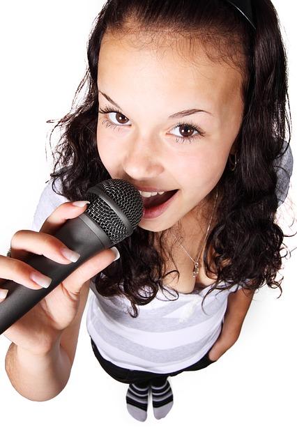 立って歌う女性