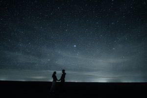 夜空の下のカップル