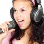 歌を練習している女性