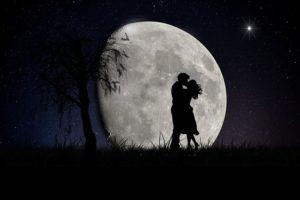 月とカップル