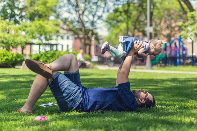 赤ちゃんと遊ぶパパ